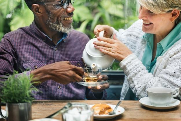 Couple de personnes âgées prenant le thé