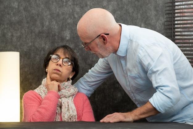 Couple de personnes âgées avec des problèmes à la maison