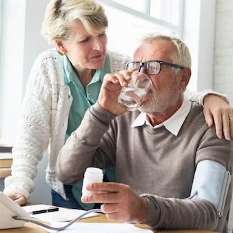 Couple de personnes âgées avec des problèmes de santé