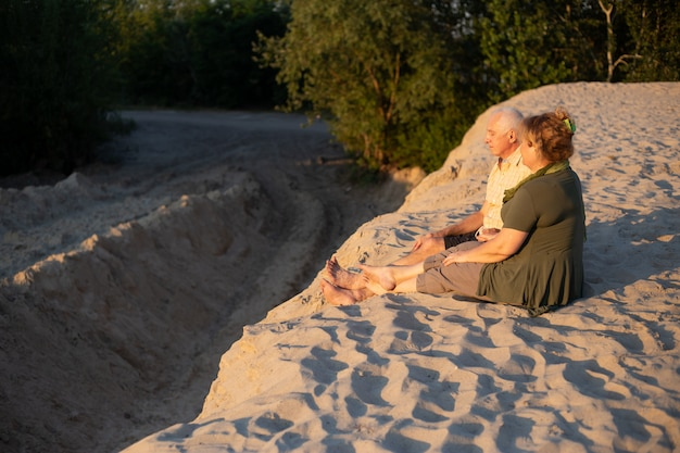 Couple de personnes âgées en promenade dans la nature d'été