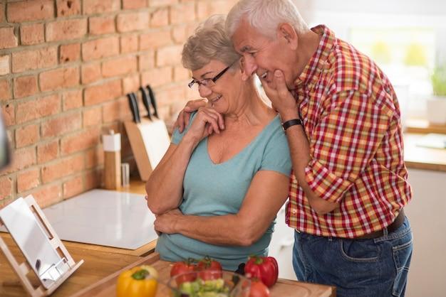 Couple de personnes âgées à la recherche d'inspiration sur internet