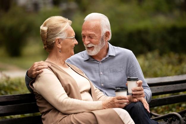 Couple de personnes âgées romantique coup moyen