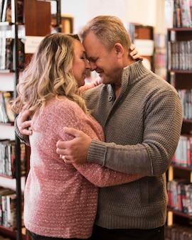 Couple de personnes âgées romantique hugging shot moyen