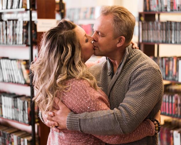 Couple de personnes âgées romantique s'embrasser coup moyen