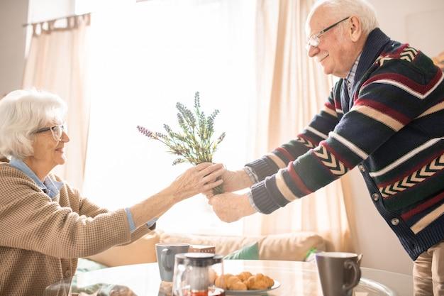 Couple de personnes âgées romantique
