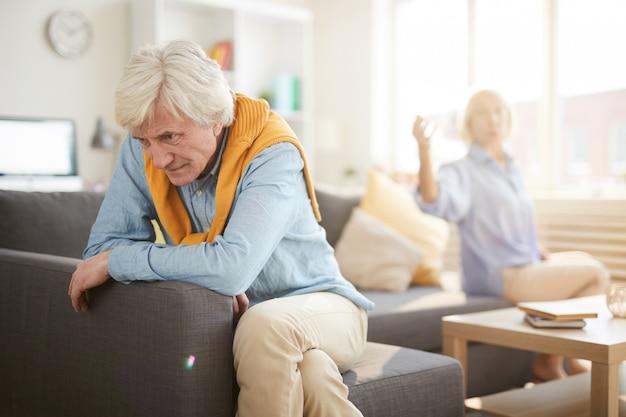 Couple De Personnes âgées Se Battre Photo Premium