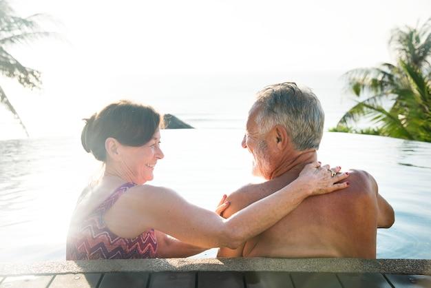 Couple de personnes âgées se détendre dans un complexe hôtelier