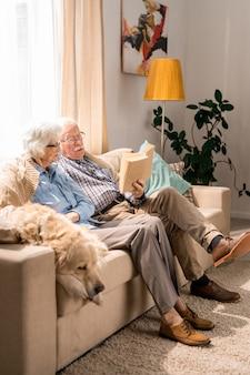Couple de personnes âgées se détendre à la maison