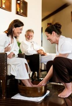 Couple de personnes âgées se détendre avec un soin spa