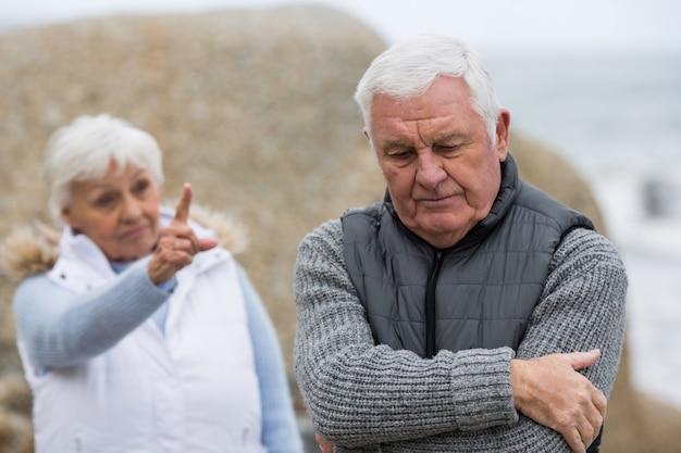 Couple de personnes âgées se disputent