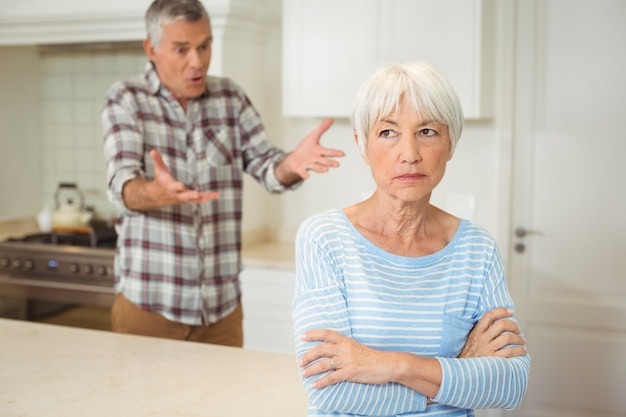 Couple de personnes âgées se quereller