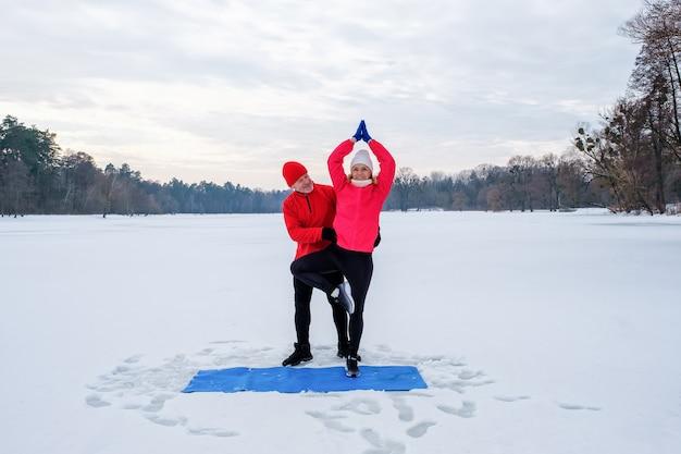 Couple de personnes âgées se réchauffant avant de se réchauffer et de faire des étirements avant l'entraînement