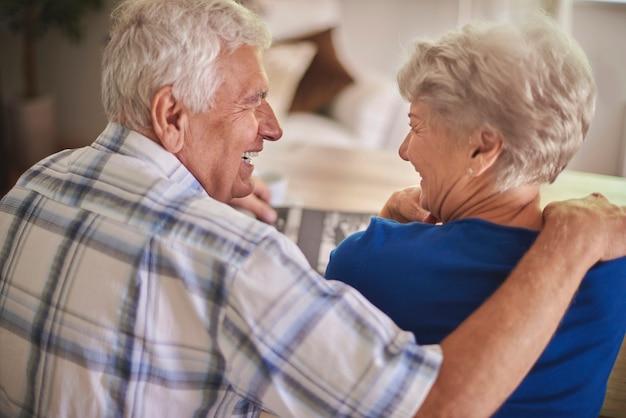 Un couple de personnes âgées se souvient du bon vieux temps