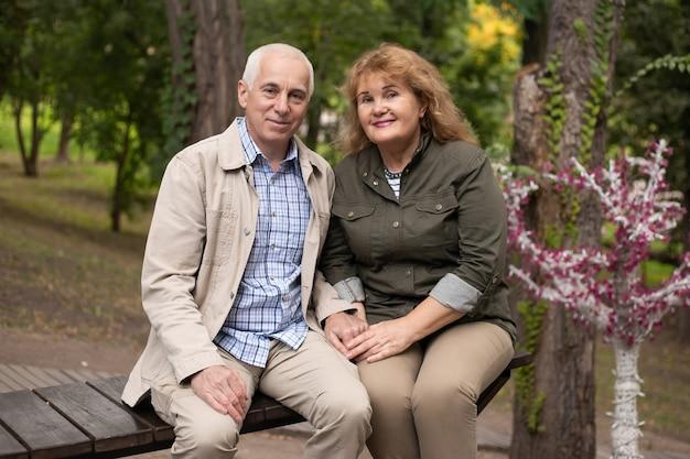 Couple de personnes âgées senior ensemble dans le parc à l'automne.