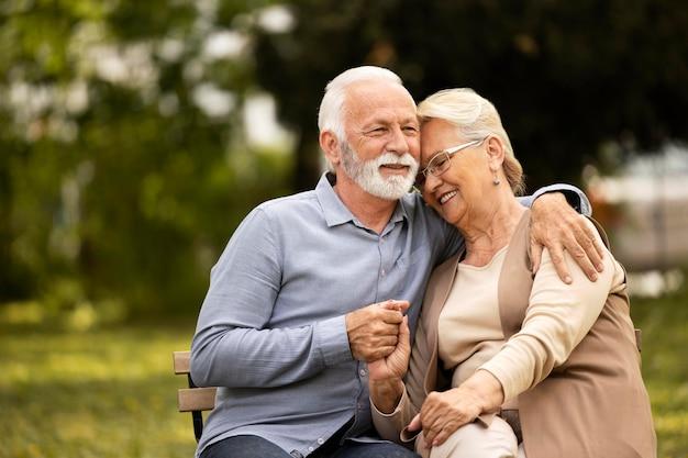 Couple de personnes âgées smiley coup moyen assis