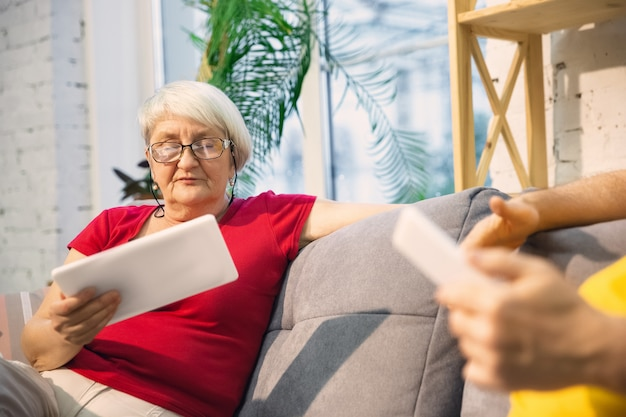 Couple de personnes âgées souriant passer du temps ensemble