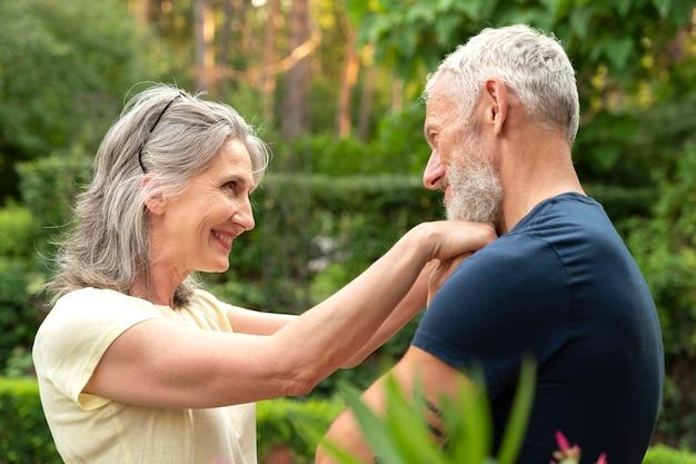 Couple de personnes âgées souriant à plan moyen