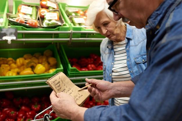 Couple de personnes âgées en supermarché