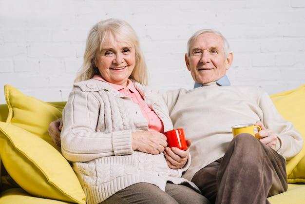 Couple de personnes âgées avec des tasses de café