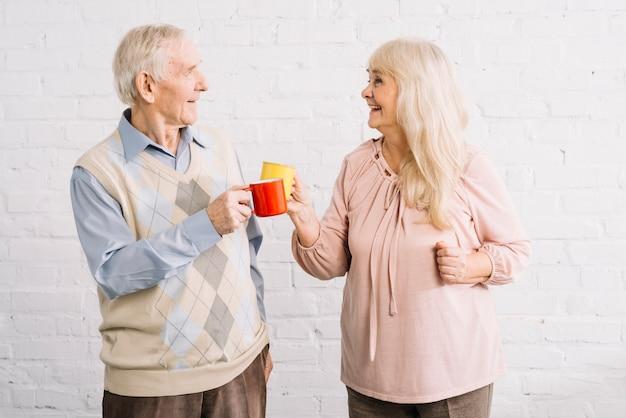 Couple de personnes âgées avec des tasses