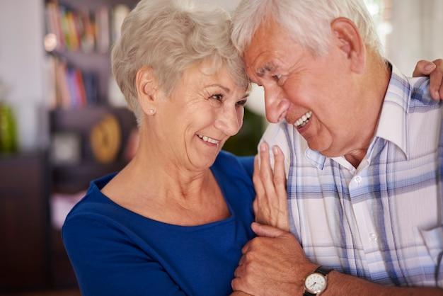 Couple de personnes âgées toujours amoureux