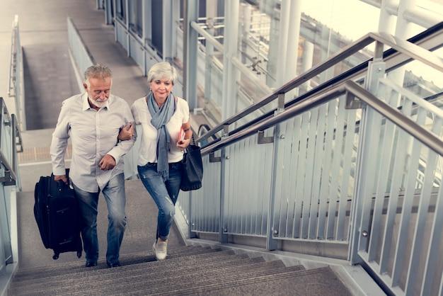Couple de personnes âgées touristes voyageant ville