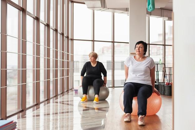 Couple de personnes âgées travaillant avec des boules