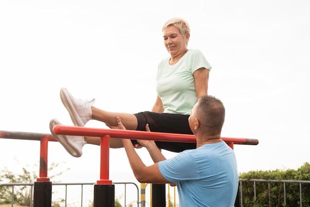 Couple de personnes âgées travaillant ensemble à l'extérieur dans le parc