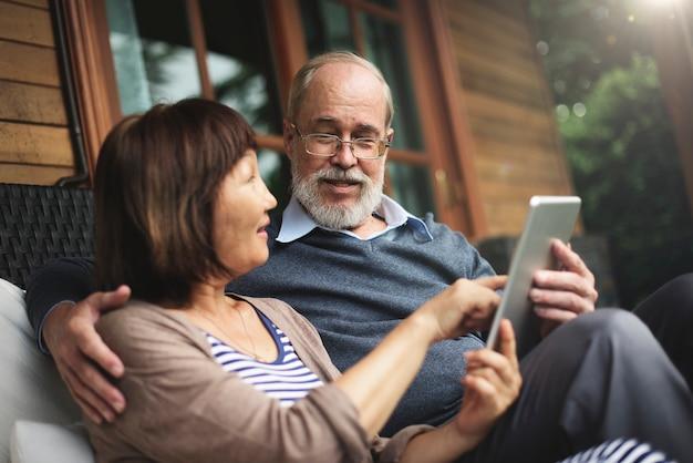 Couple de personnes âgées en utilisant une tablette ensemble