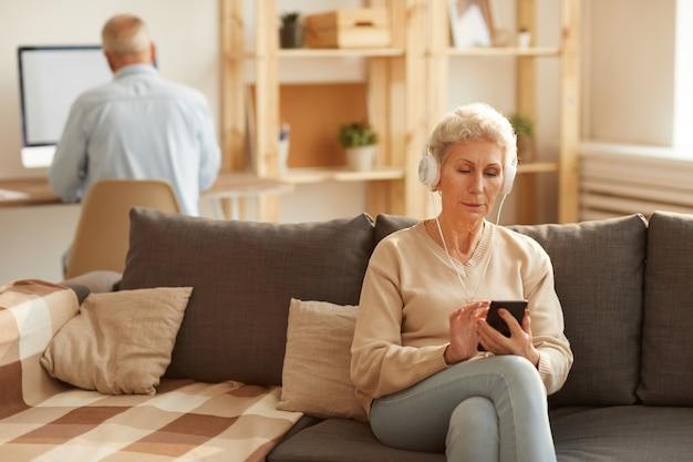 Couple de personnes âgées utilisant la technologie