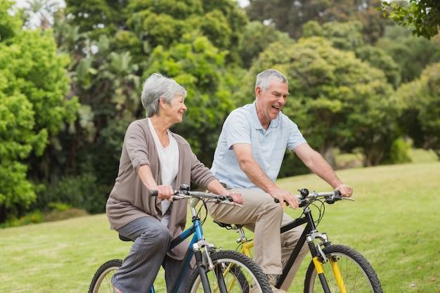 Couple de personnes âgées à vélo dans la campagne