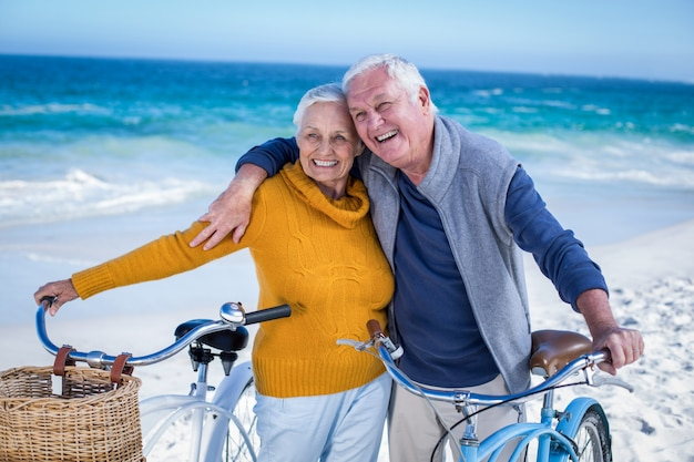 Couple de personnes âgées avec des vélos