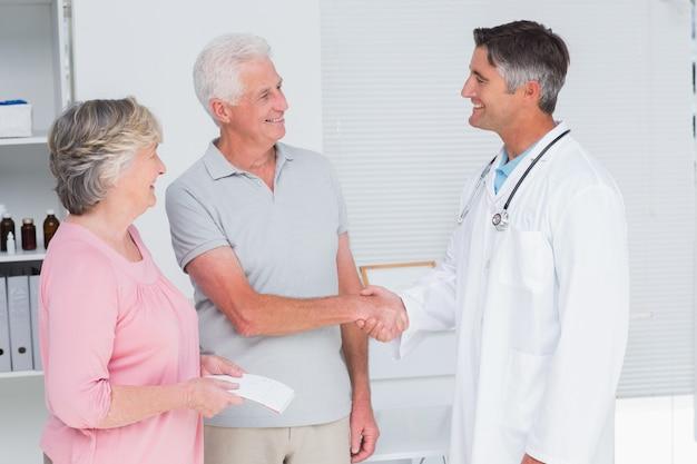 Couple de personnes âgées en visite médecin