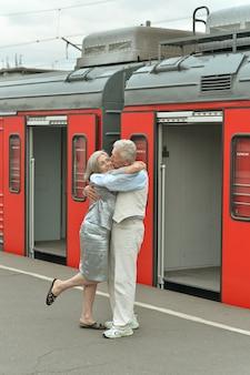 Couple de personnes âgées vitales matures à la gare