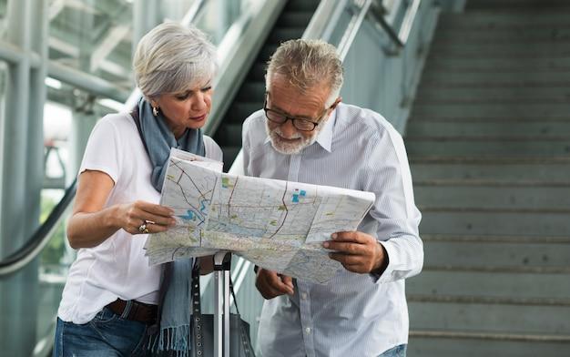 Couple de personnes âgées voyageant autour de la ville