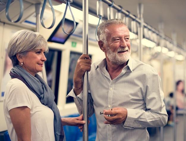 Couple de personnes âgées voyageant à l'intérieur du métro