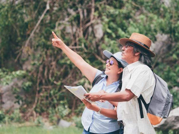 Couple de personnes âgées voyagent ensemble pendant les vacances d'été