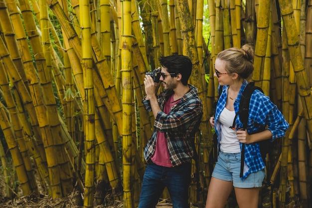 Couple photographier dans une forêt de bambous