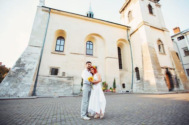 Couple à pied dans la vieille ville de lvov, près de la cathédrale