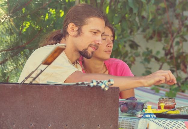 Couple sur le pique-nique