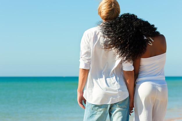 Couple sur une plage ensoleillée en été