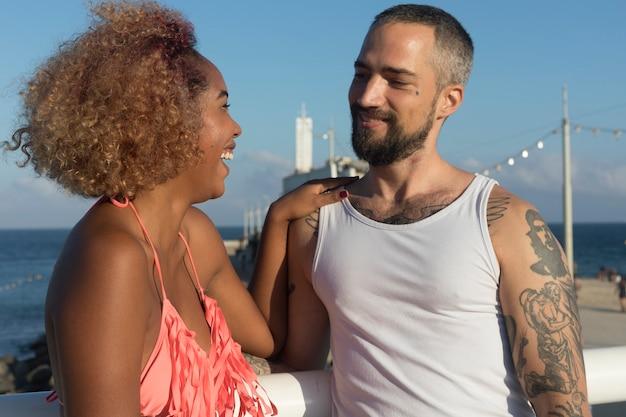 Couple sur une plage ensoleillée en vacances d'été