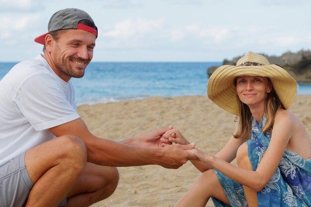 Couple sur la plage en riant s'amuser.