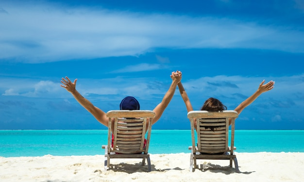 Couple sur une plage tropicale aux maldives