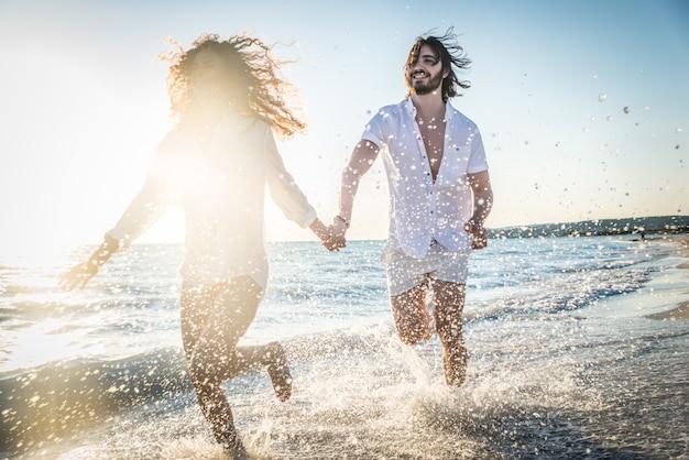Couple sur une plage tropicale
