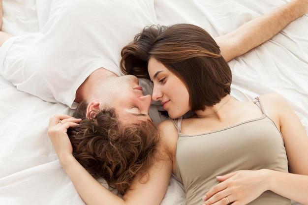 Couple plat pose dans son lit