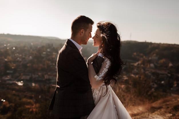 Couple en plein air dans un environnement urbain