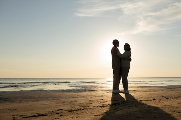 Couple plein coup au bord de la mer