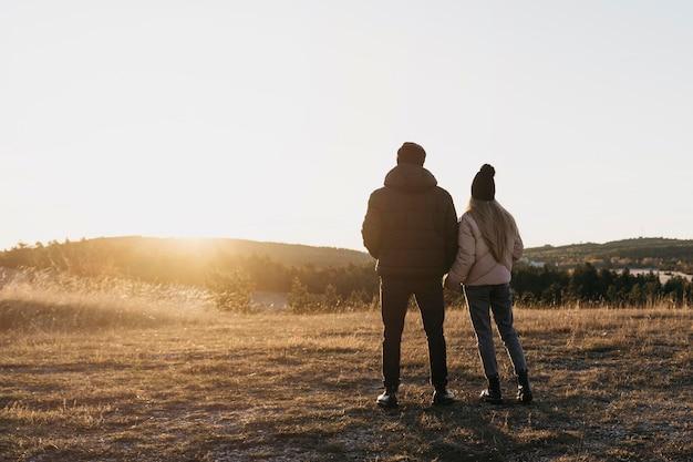Couple plein coup à l'extérieur