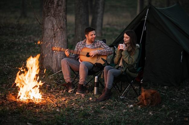 Couple plein coup avec guitare